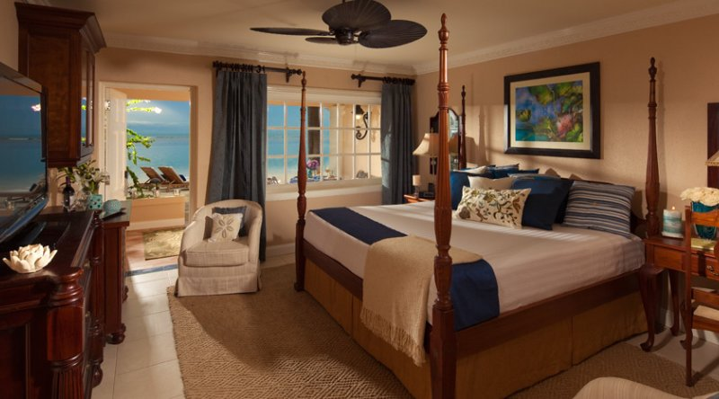 Beachfront Honeymoon Walkout Club Level Room - Sandals Royal Caribbean