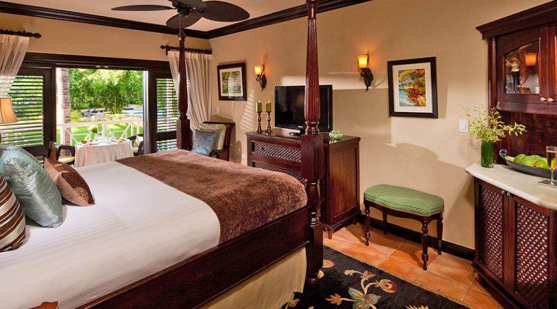 Honeymoon Hideaway Luxury Club Level Villa Room - Sandals Ochi