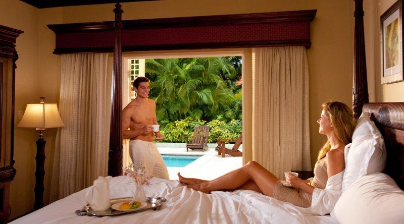 Honeymoon Grande Luxe Poolside Villa Club Level Room - Sandals Ochi